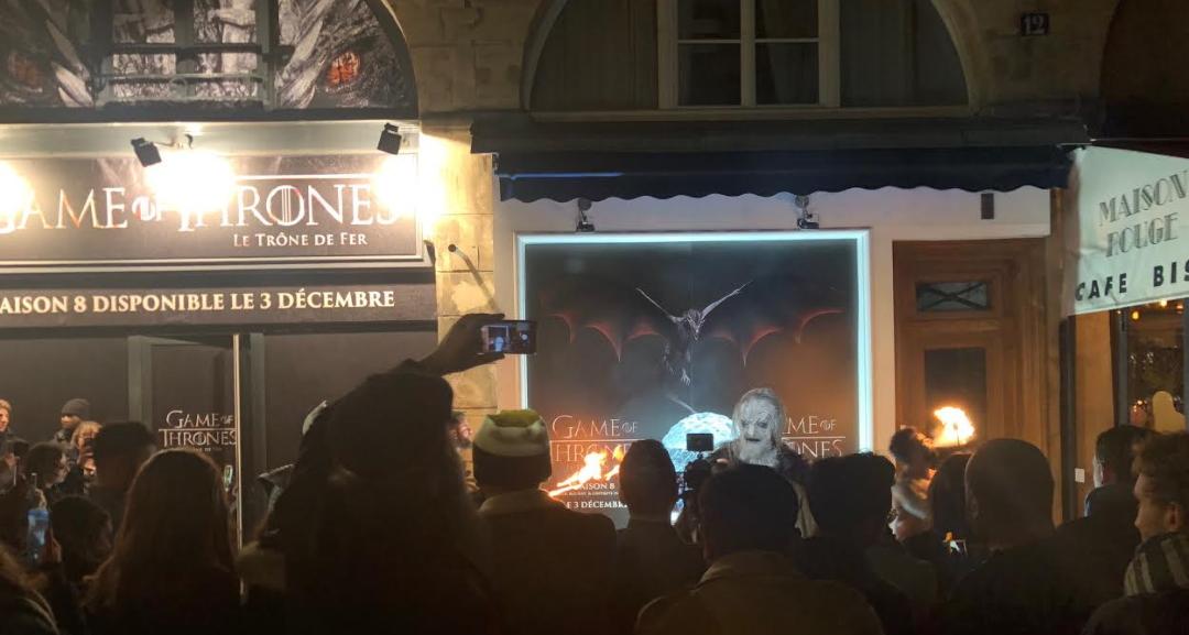 Le Marcheur Blanc s'expose à la foule et aux dragons