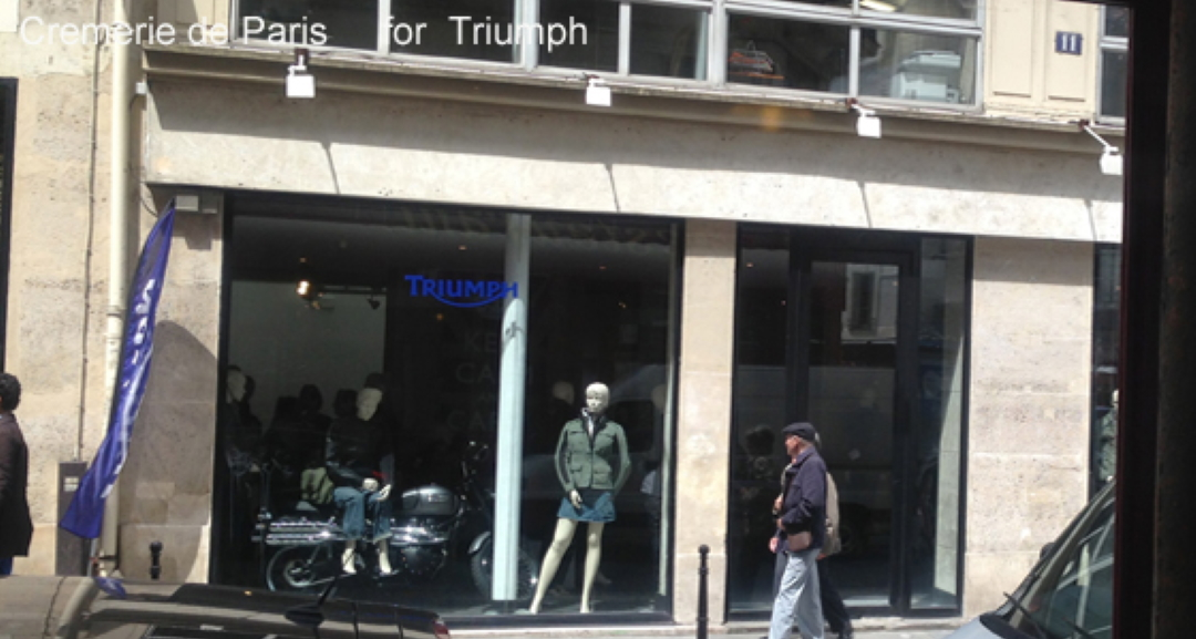 vitrine de la Cremerie de Paris avec une moto Triumph